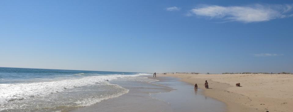Du kan gå i timesvis på den endeløse stranden, og bortsett fra en bitteliten husklynge med tunfiskernes bevarte, hvitkalkede hus, finner du ingen bebyggelse.