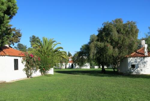 Kursstedet består av leiligheter i hvitkalkede hus i den store, tropiske hagen