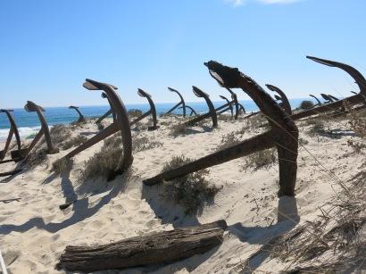 Når tunfiskerne ikke brukte ankerne til sette labyrint-garn, la de dem opp på stranden som de ligger fremdeles ligger der i dag