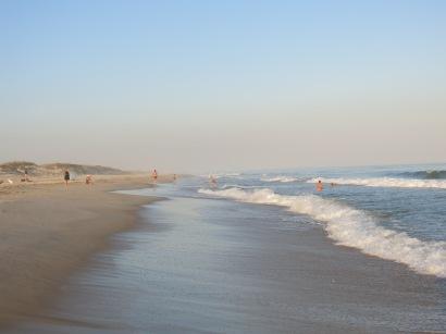 Stranden er 14 km lang, fri for hoteller, fri for stener, med nydeligs skjell og 24 grader i vannet. Mange badet helt til solnedgang.