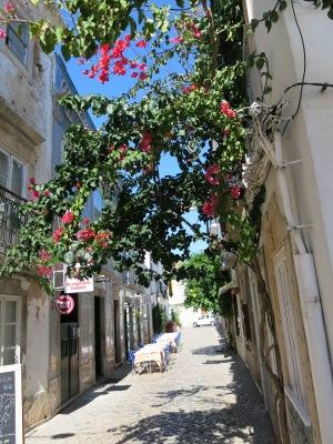 En av Taviras mange smale, idylliske gater med fortausrestauranter